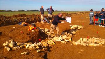 Aménagement de blocs de calcaire, servant de coffrages pour des poutres en bois permettant l'ancrage du moulin au sol.