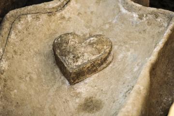 Vue de détail du coeur en plomb posé sur l'un des sarcophages. La présence de cette relique signe en général une pratique d'embaumement, un rituel funéraire réservé aux élites (fouille de Flers, 2014).