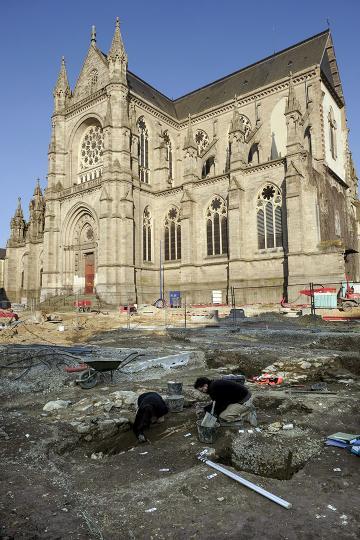 Vue du chantier de fouille, avec l'imposante église Notre-Dame-de-Bonne-Nouvelle en arrière-plan.