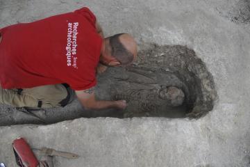 Rouen, Saint-Eloi, fouille manuelle d'une sépulture à l'aide d'outils de dentiste