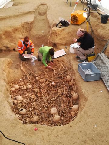Relevés en cours durant la fouille de la 2ème couche d'ossements de la chambre funéraire.