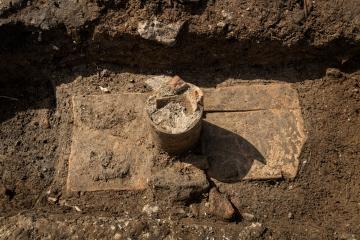 Conduit à libation (alimentant un vase ossuaire) sur une tombe à coffrage de tuile