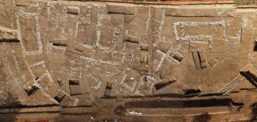 Vue aérienne du village fortifié en cours de fouille.  Mas de Roux, Castries, 2012-2013. © Mathieu Ott, Inrap
