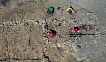 Fouille des niveaux de sol dans l'une des pièces du grand bâtiment central datant du Ier siècle de notre ère.