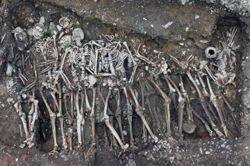 Vue zénithale de la tombe de soldats attribués à l'armée royale inhumés au couvent des Jacobins.