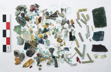 Lot d'artefacts issu du tamisage d'une unité stratigraphique de l'atelier de verrier du VIIIe siècle.