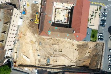 Vue aérienne du chantier de fouilles de l'îlot des Minimes, Mâcon