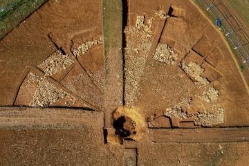 Vue aérienne du tumulus en cours de fouille ; au centre, la tombe princière apparaît à nouveau, 66 ans après sa fouille.