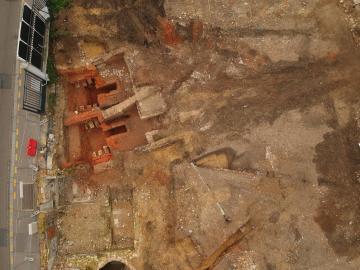 - La vue par drone rend compte des zones détruites (en jaune). Les fours sont en bas du cliché et le grand atelier de la filature est en haut à gauche.