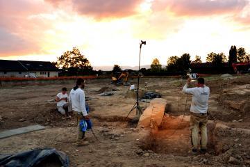 Relevé photogrammétrique RTI de la grande dalle du site mégalithique de Massongy (Haute-Savoie) en cours de fouille.