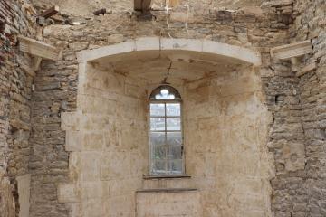 Mur sud-est à l'étage de la tour orientale. Les culots correspondent aux vestiges d'une voûte sur croisée d'ogives.