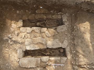 Uzès, La Perrine - Deux tombes destinées à des sujets adultes.