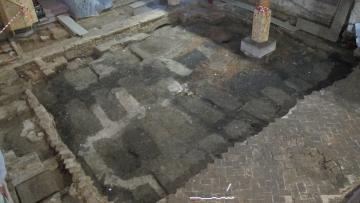 Alignement de fosses sépulcrales, arases de maçonneries et sol en tomettes dans la partie orientale de la nef.