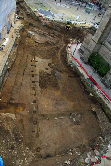 Vue générale, depuis le nord-est, des vestiges de l'édifice monumental du début de l'Antiquité