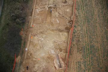Vue aérienne du relais routier et du four de potier. Roux-Moulinas, Castries (Hérault), 2012-2013. © PhotoVideoAerienne34, Inrap
