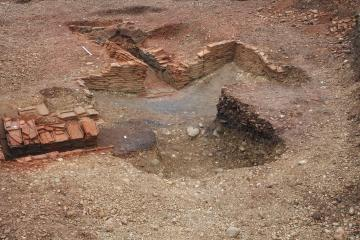 Vue générale de la fosse d'accès aménagée et des fours de tuiliers.