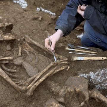 Fouille d'une sépulture de la nécropole des Mastraits, Noisy-le-Grand