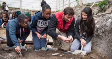 L'anthropologue Cyrille Le Forestier présente la fouille archéologique aux élèves du collège Pierre Curie, de Bondy,