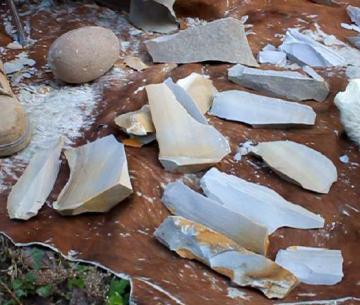 Débitage de supports d'outils de type montmorencien à partir de blocs de grès-quartzite par Guy Boulay