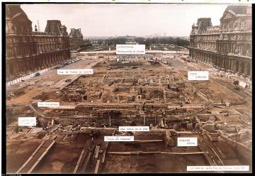 Vue des fouilles de la Cour Napoléon, sur l'emplacement actuel de la Pyramide. Fouille du Grand Louvre, 1984-2003.   Cette photo n'est pas à vendre.