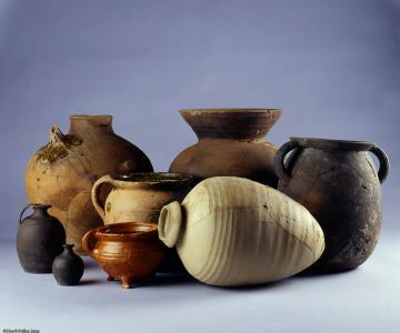 Les vases retrouvés dans le château du Guildo (Côtes-d'Armor) illustrent l'implication des Bretons dans le commerce international durant les XVe et XVIe siècles.  La jarre au premier plan contenait de l'huile espagnole, la marmite vernissée rouge est flam