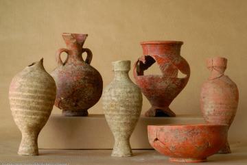 Mobilier céramique extrait des sépultures mises au jour place Montalivet à Valence (Drôme) en 2007.  Certains vases présentent des bris et des mutilations volontaires correspondant à un rituel lié aux banquets funéraires.