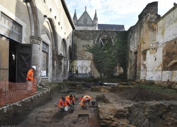 Fouille dans l'ancien collatéral de l'église du couvent des Jacobins, resté à ciel ouvert depuis l'incendie de 1821, Rennes (Ille-et-Vilaine), 2013.