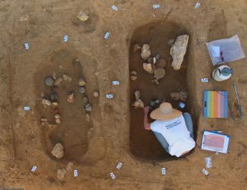 """Vue zénithale de deux sépultures de la nécropole de la """"Haute-Cour"""" à Esvres (Indre-et-Loire), 2013.Les objets déposés dans la sépulture de droite sont en cours de prélèvement."""