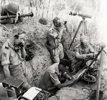Tranchée d'observation de l'artillerie canadienne (Potenza, Italie, 24 septembre 1943), offrant des caractéristiques similaires à celle de Blainville-sur-Orne. Le chef de pièce est entouré d'un observateur au télémètre, allongé hors de la tranchée, d'un pointeur reportant les coordonnées de tir sur carte, et de deux transmetteurs. Deux hommes accroupis sont installés sur la banquette qui borde la tranchée du côté de l'ennemi.