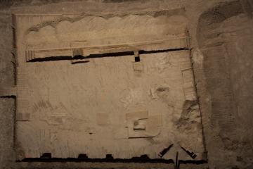 Vue aérienne du décapage et des sondages profonds sur le site de Courconne. Le chemin, l'enclos et la tombe apparaissent nettement dans le bas du cliché. (Le nord est en haut à droite. Les 5 points marqués en orange sur la photo sont des repères topographiques pour le référencement géographique des photos aériennes). Courconne, Mauguio (Hérault), 2013. © Archéodrone, Inrap