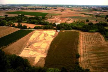 Vue aérienne des deux zones de décapage. De part et d'autres de canaux de dérivation du Bérange, les deux zones de fouille s'inscrivent dans le futur tracé de la ligne LGV.  Pascale et Bérange, Mudaison et Saint-Brès (Hérault), 2013.  © Drone Concept, Inrap