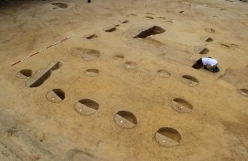 Négatifs de poteaux en bois évoquant des architectures en terre et bois