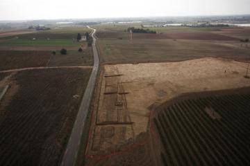 Décapage du tronçon de voie antique dans le secteur de Doulouzargues.  Doulouzargues, Codognan (Gard), 2013. © Drone Concept, Inrap