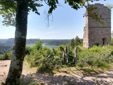 Vue des ruines du château de Pierre-Percée, la tour ouest
