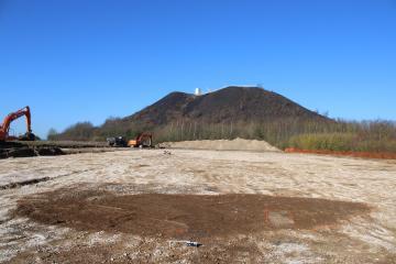 Au premier plan, une fosse d'extraction de calcaire.
