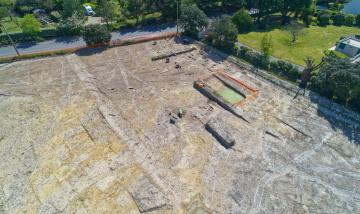 Vue générale d'une partie de la fouille archéologique préventive actuellement en cours à La Baule-Escoublac. Le secteur identifié livre notamment les vestiges d'activités artisanales gauloises, dont un four un sel en très bon état de conservation.