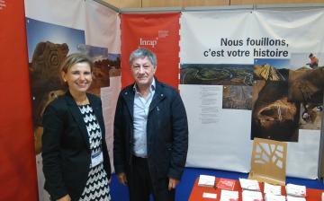 Le maire de Vitry-sur-Seine sur le stand de l'Inrap, Congrès des EPL 2016
