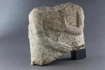 Vues de détail d'un fragment de statue de style celtique, représentant un torse humain. Au dos sont sculptés deux animaux en plein combat. Cette association de représentations anthropomorphe et zoomorphe est extrêmement rare.