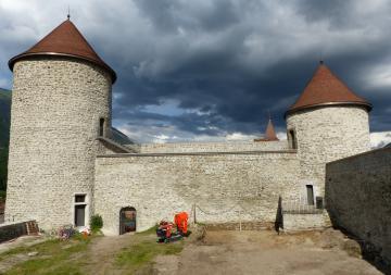 La cour est en cours de décapage, en juin 2020, et les tours médiévales restaurées, vues vers l'est.