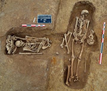 Deux tombes carolingiennes à l'orientation différente qui se recoupent.