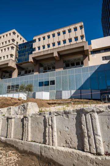 Monument funéraire grec, IVe siècle avant notre ère, fouille du jardin du port Antique