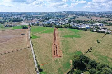 Vue aérienne depuis l'est. On distingue au 1er plan l'empreinte des piles révélées par la sécheresse. Au second plan, la fouille de 350 m linéaires a permis de retrouver la fondation de 54 piles du pont-aqueduc gallo-romain qui se développait sur une longueur de 850 m avant de franchir la vallée de l'Aveyron au moyen d'un siphon.