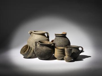 Ensemble de vaisselle culinaire datant des périodes médiévales et modernes présentée dans l'exposition [Passé] à table.