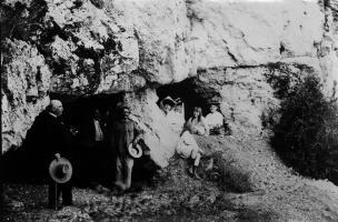 Fouille du Trou de la Mère Clochette à Rochefort-sur-Nenon, mai 1906 (Julien Feuvrier est adossé au pilier au centre de la photo).