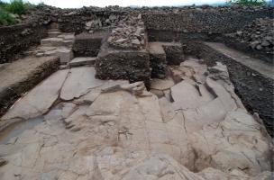 Les fortifications de l'Oppidum de Gergovie - Carrière et muraille à éperons gauloises