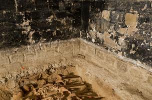 Alignement des corps dans la grande fosse commune (salle 5)