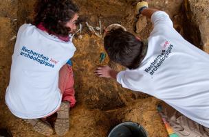 Fouille archéologique du Déjeuner sous l'herbe de Daniel Spoerri à Jouy-en-Josas