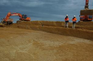 Décapage à la pelle mécanique des niveaux du Paléolithique moyen ancien (entre 190 et 240 000 ans).