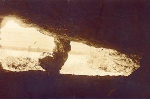 Vue de la vallée du Doubs depuis l'intérieur du Trou de la Mère Clochette à Rochefort-sur-Nenon, cliché J. Feuvrier 1909.