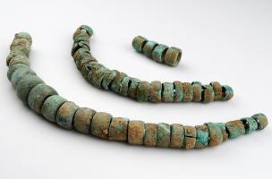 Des inhumations en fosses-silos et deux colliers en cuivre du Néolithique
